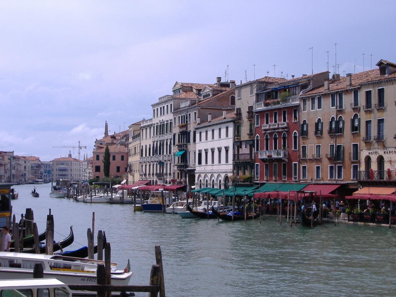 ほんと、どうやって建物が水上に建っているのか、フツーに考えたら不思議な光景ですよね。世界でもここでしか見られない風景。夢の中にでもいるのかな。