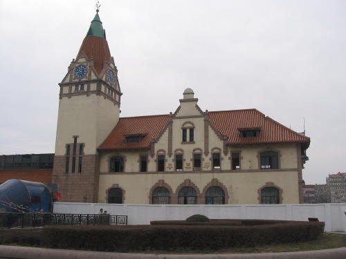 竣工年、1901年 建物正面側に大きな切妻風を見せ、左手に塔を立ち上げたネオ、ドイツルネッサンスです。現在青島駅を大改造中で壊されてしまいました。