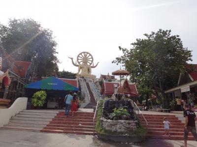 サムイのシンボル的な金色の大仏像のあるお寺