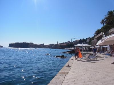 世界遺産の街を眺めながら海で泳ぐハネムーン♪