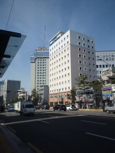 大通りに面していて安心、ホテル内はとても静か。