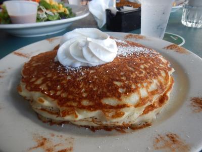 朝食のパンケーキ(ソーセージかハムがつきます)
