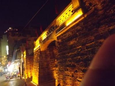 旧市街に残された存在感ある門