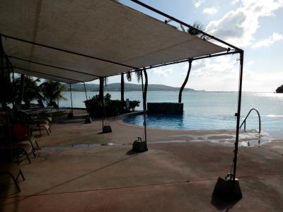 プールサイドの日よけテント