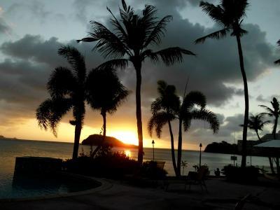 プールサイドに沈む夕陽