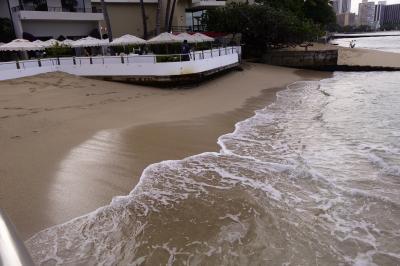 通路の切れ目を波が行きかう。波の引いている間に走る。