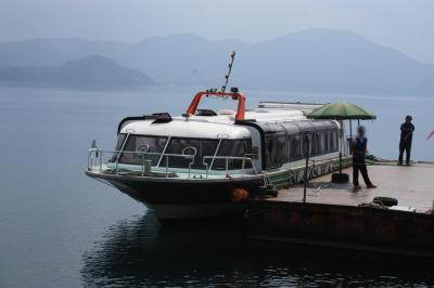 ゆっくり湖上から遊覧しようと思ったら、高速船でした。