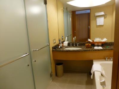 左のガラス戸の手前の扉ががシャワー,奥の扉がトイレです.