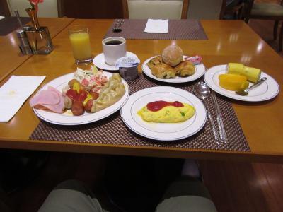 朝食は朝食券制のブッフェで一通りの品がありました。