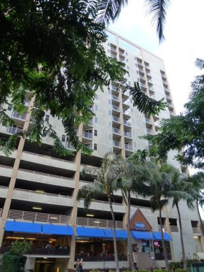 クヒオ通りに面していて、1階にI-HOP、ホテルから直接行か