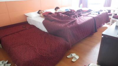ベットは小さくないので上のベットで三人で寝ました