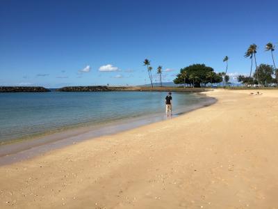 ホテル近くのアラモアナビーチ