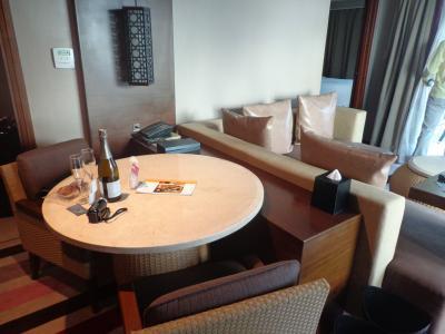 テーブルとソファー、左奥にベットルールと浴室