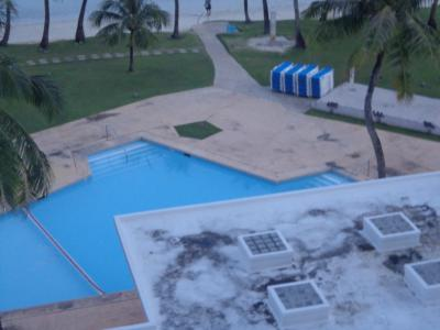 汚い屋根・ビーチ&プールサイドは快適