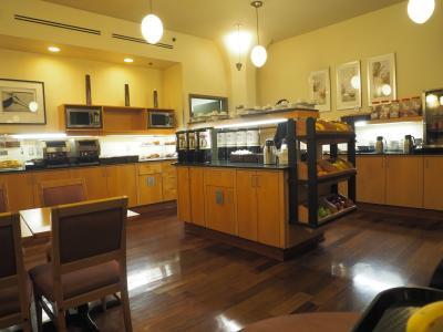 朝食スペース。内容は簡単なパンやコーヒー。