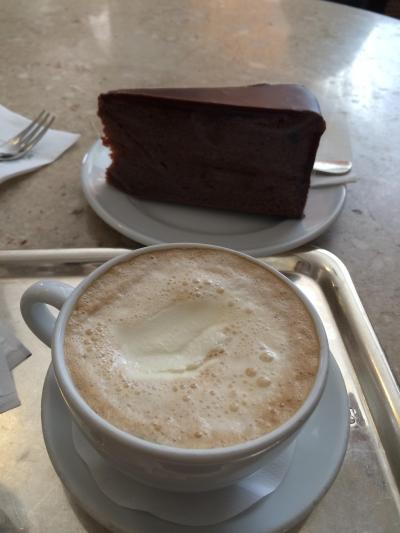 広場に面したカフェ