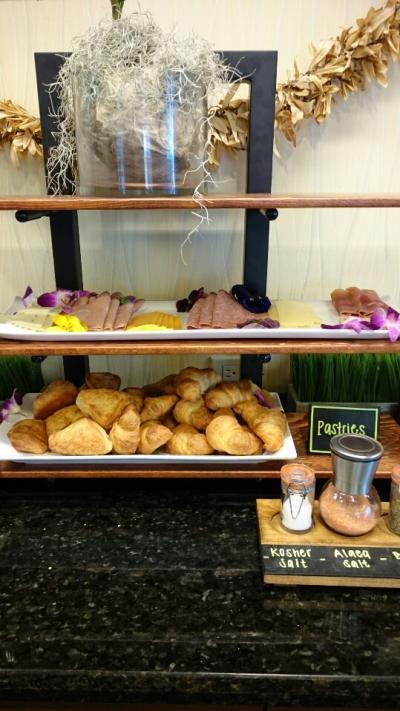 ボエジャーズクラブのラウンジの朝食、クロワッサンが美味!