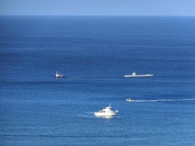 ラナイから見た「タグ・ボートに引かれるアトランティス潜水艦」