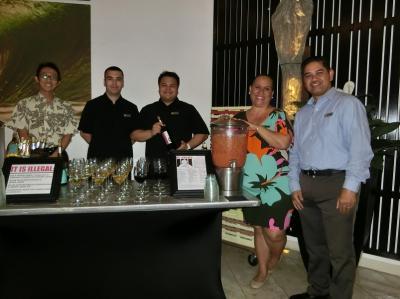 ワイン・レセプションでワインを配るホテル・スタッフ達