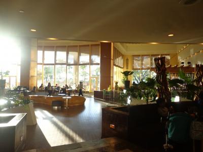 日当たりのよいロビー階にあるカフェ