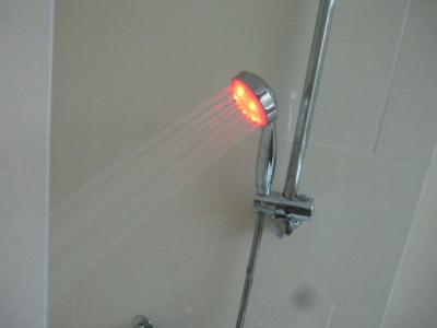 光るシャワーヘッド
