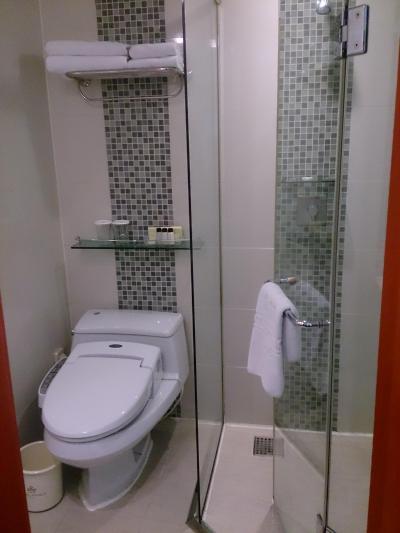 シャワーはドア付きなので、水はねを気にしなくて大丈夫です。