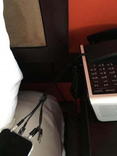 携帯の充電器ありました!びっくりです。wi-fiも問題なし。