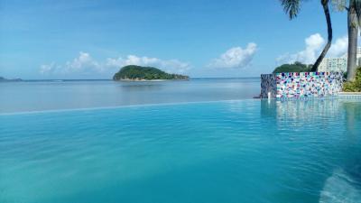 ホテル敷地内プール越しのタムニン湾