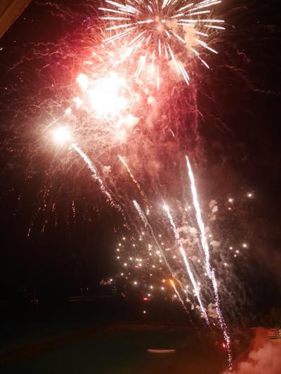 海側のラナイから目の前に上がるヒルトン金曜花火