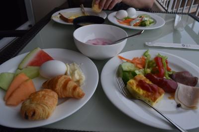 クラブラウンジの朝食。野菜、フルーツ、チーズは毎日ありま