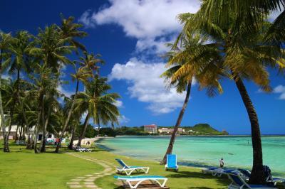 ホテル庭からすぐのビーチはまさに南国気分