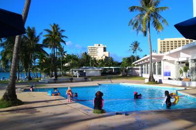 ホテルのプールは小型だがビーチがすぐなので問題なし