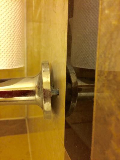 トイレペーパーのホルダー。根元から取れて壊れてます。