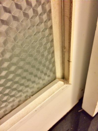 バスタブとベッドの仕切りの窓枠。釘がこちらに向いてます。