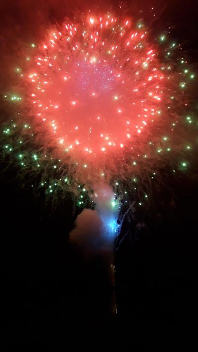 変わった花火がどんどん打ちあがり、客も常連さんが多いので穴場