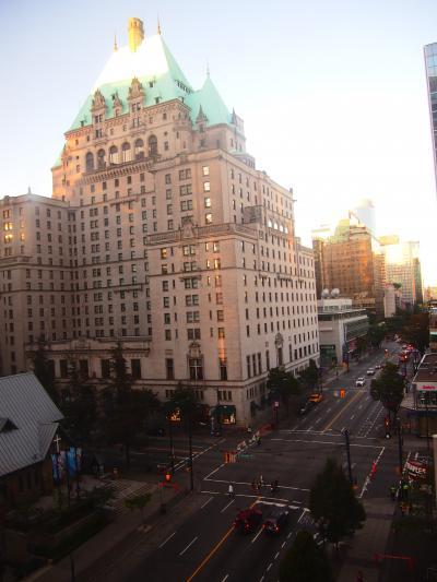 窓からの眺望はこんな感じ。前に見えるのがフェアモントホテル。