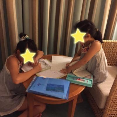 夏休みの宿題をやる机と椅子もあります