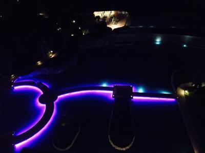 夜バルコニーからみたライトアップされたプール