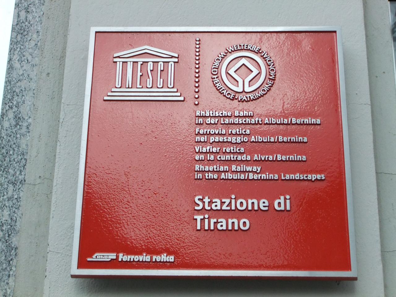 ティラーノ駅にはユネスコの世界遺産表示がされてい... レーティシュ鉄道アルブラ線 ベルニナ線と