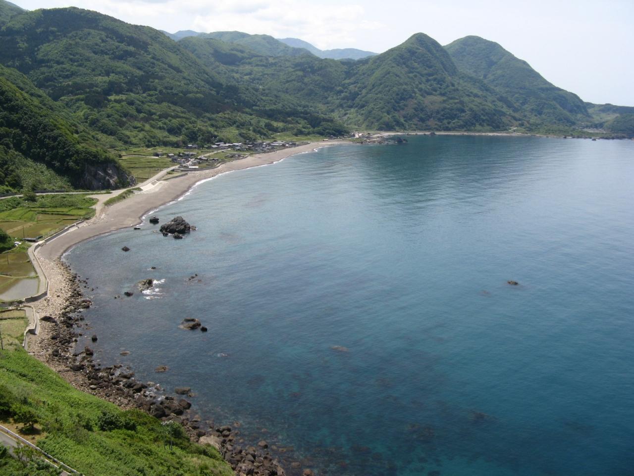 """外海府海岸に突き出た小さな岬 この写真のクチコミを見る"""" data-lb="""""""