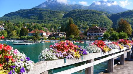 アヌシーから遊覧船で 湖畔の街タロワールへ( 裕福な人々が...