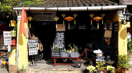 2017 初ベトナムはホイアンへ 歴史的街並みが続く川沿い...