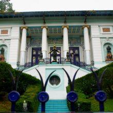 邸宅の至る所に飾られたフックスの作品の数々