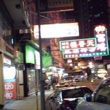 地図を見て歩いていきました。タクシーもよく来てます。