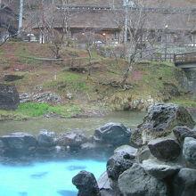 大沢温泉で有名なのは、風呂の底が明るいブルーの露天風呂