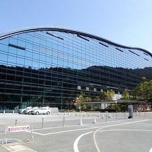 近未来風の建物と歴史的展示物