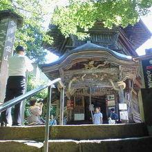 「世界唯一」の不思議な空間が広がる会津の小屋