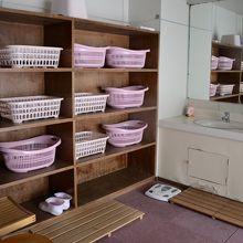 滝ノ上温泉 滝観荘の女湯脱衣場は昭和風。ロッカーはロビーに有