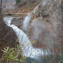 滝ノ上温泉 湯気立ち上る葛根田渓谷にある鳥越ノ滝の景観。