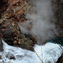 葛根田渓谷にある鳥越の滝。岩肌からは滝ノ上温泉の湯煙が濛々。